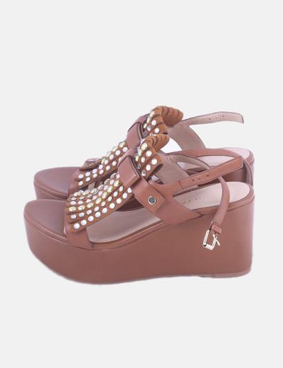 Sandalia cuña marrón con tachas