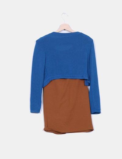 Vestido camel combinado con torera azul