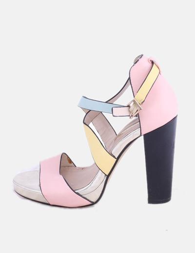 Sandalia de tacón rosa combinado