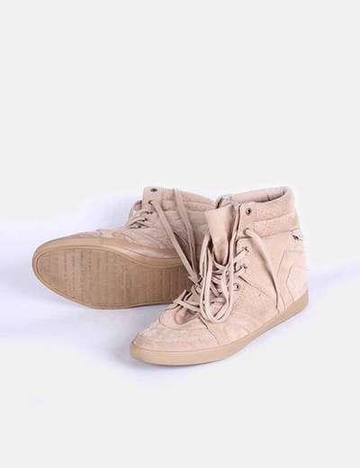 Sneakers camel detalles picados