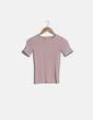 Camiseta rosa palo ribete multicolor Stradivarius