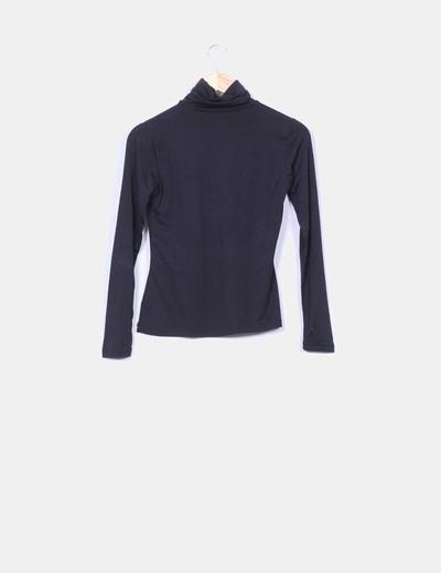 Camiseta negra elastica cuello vuelto