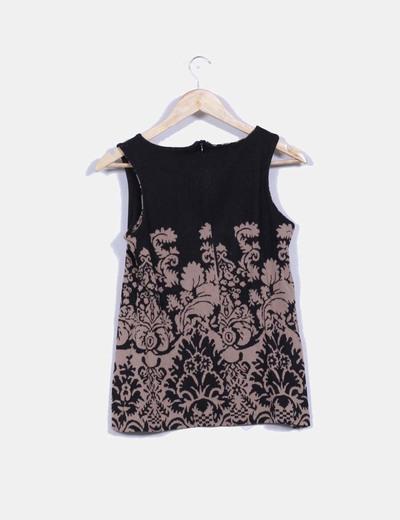 Camiseta negra con estampados geometricos