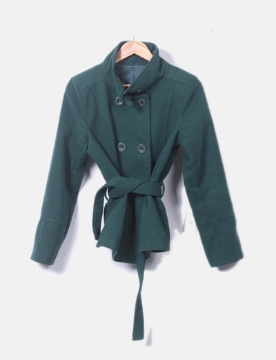 Abrigo verde con doble botonadura