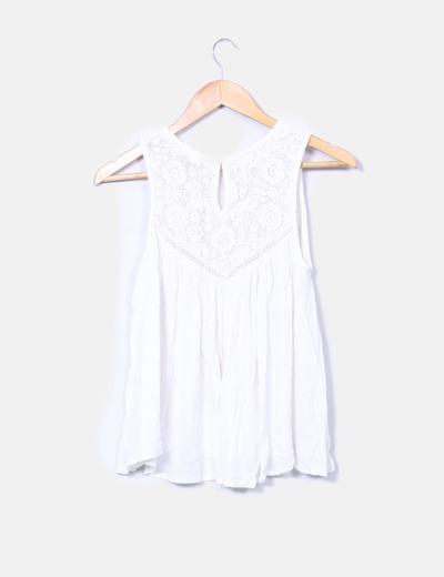 Blusa blanca plisada con tirantes bordados