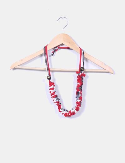 Collar rojo estampado drapeado con bolas NoName