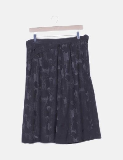 Falda midi negra fluida estampado combinado