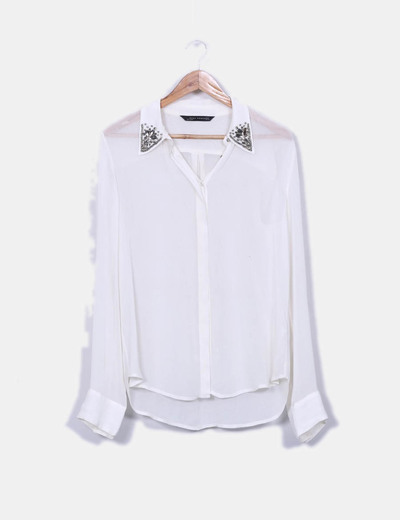 Com pedras bege semitransparente do detalhe da camisa Zara
