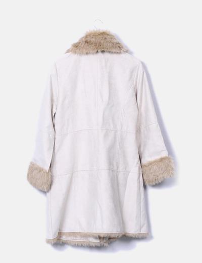 Abrigo beige combinado con pelo