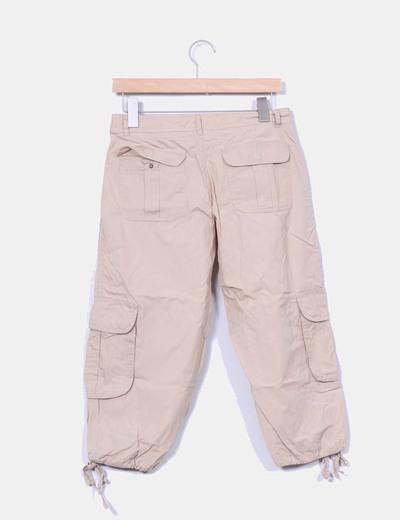 Pantalon beige detalle bolsillos