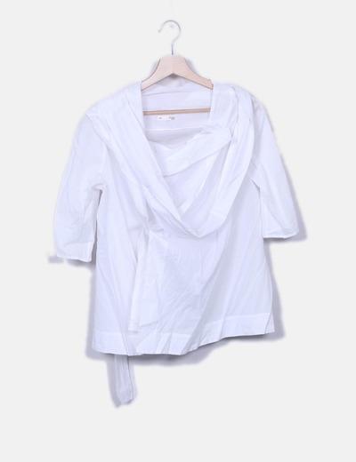 Camisa blanca con cinturón
