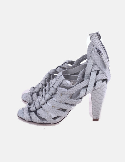 Sandalia de tacón gris texturizada