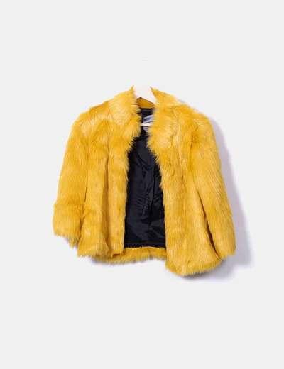 Abrigo amarillo de pelo sintético