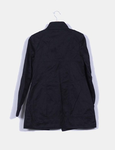 Abrigo negro abotonado