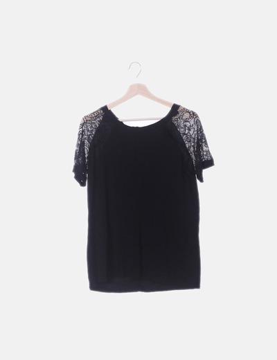 Camiseta fluida negra mangas de encaje