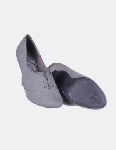 Zapato gris abotinado con cordones
