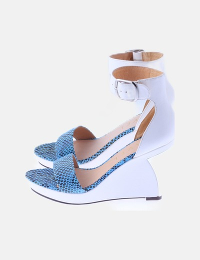 Sandalia cuña blanca animal print azul
