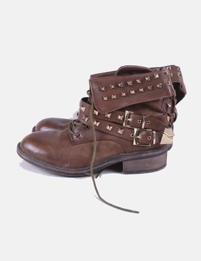Botín marrón con tachas