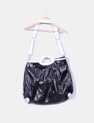 Bolso negro y blanco acharolado con tachas