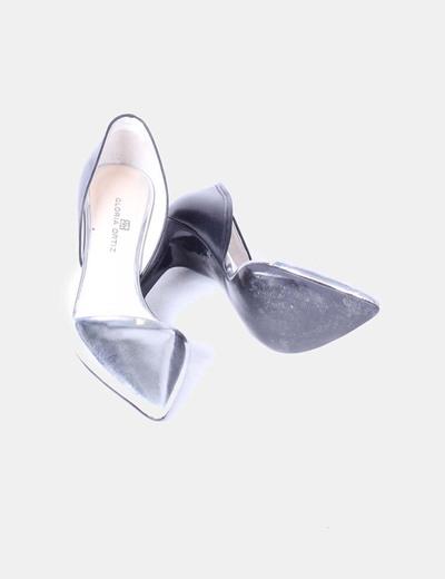 Zapato estileto bicolor detalle lateral abierto