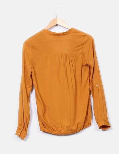 Blusa escote pico mostaza