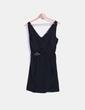Vestido negro satinado escote V detalle broche Zara