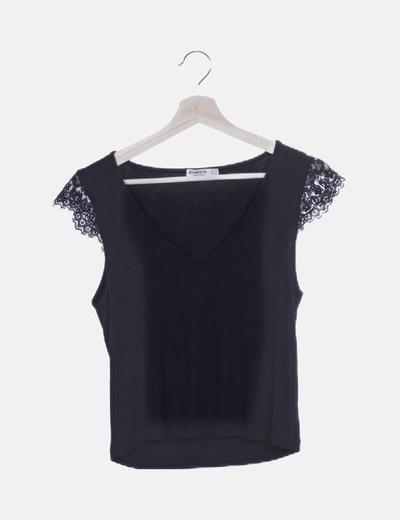 Camiseta negra canalé con encaje