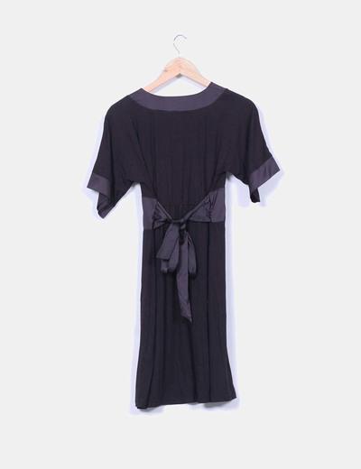 Vestido negro combinado con escote en pico