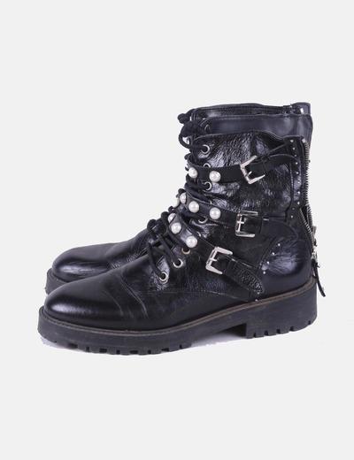 Botas militares negras con perlas Zara