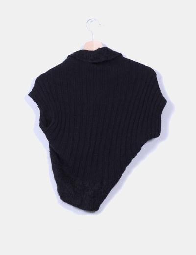 Chaqueta lana negra sin mangas con broche
