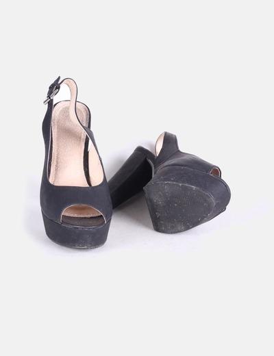 Sandalias peep toe negros destalonados