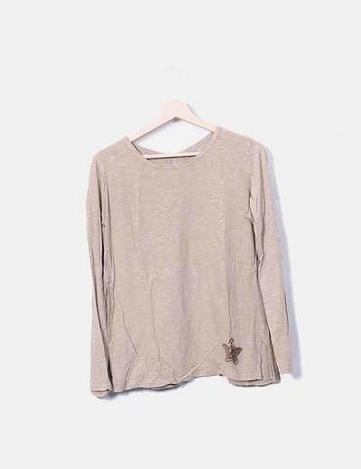 Camiseta marrón con encaje en la espalda