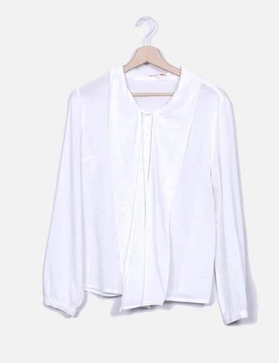 Decote branco de blusa Dolores Promesas