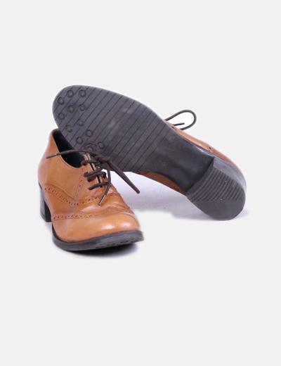 Zapato de piel camel acordonado