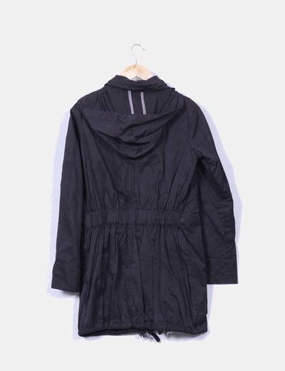 Gabardina negra con capucha