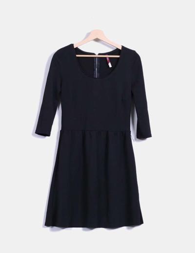 Vestido negro texturizado de vuelo Bershka