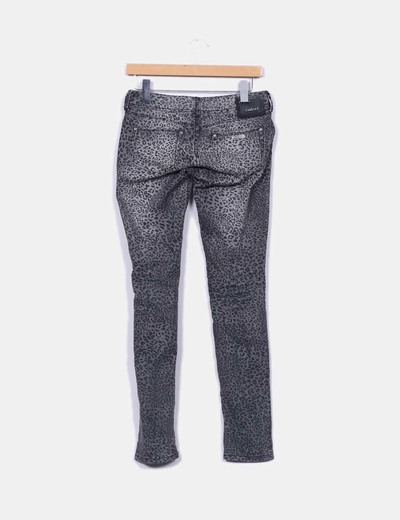 Pantalon pitillo gris estampado animal print