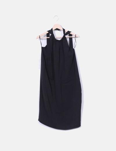 Vestido negro atado al cuello