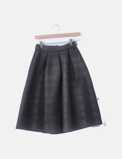 Falda negra pinzada con volumen