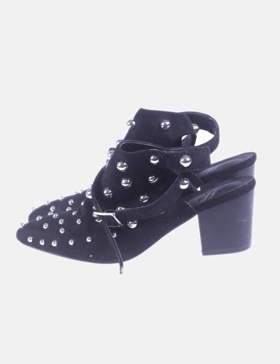 Zapato de tacón con tachas
