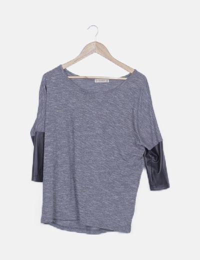 Camiseta gris jaspeada detalle mangas