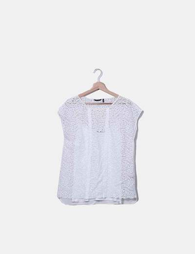 Camiseta blanca de encaje con camiseta interior