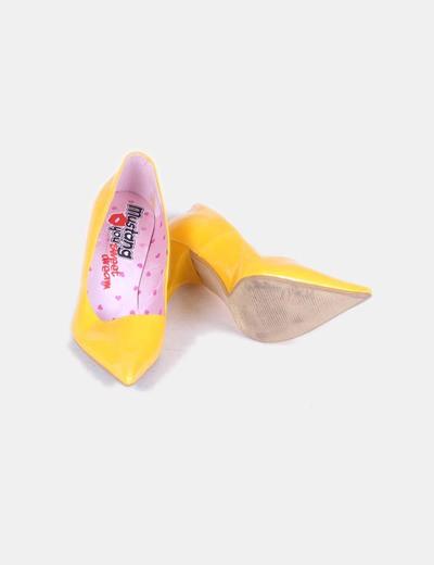 Zapato amarillo acharolado