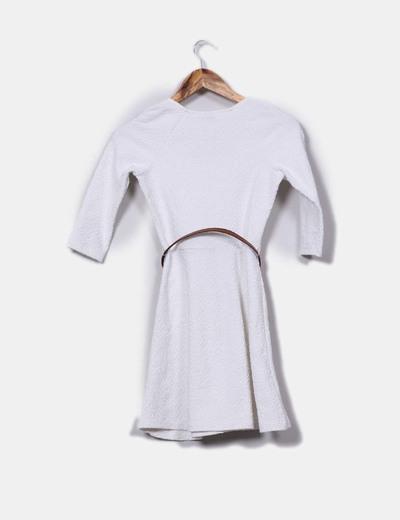 Vestido blanco texturizado con cinturon