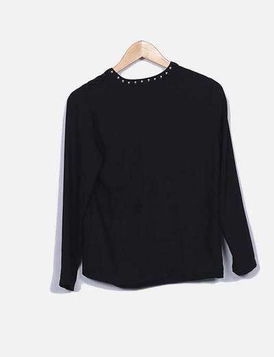 Blusa negra con tachas
