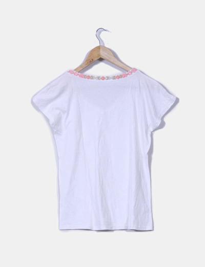 Camiseta blanca con estampado etnico en el cuello