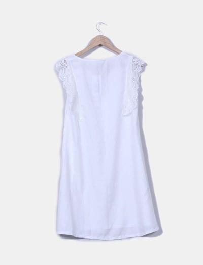 Vestido blanco con mangas en crochet