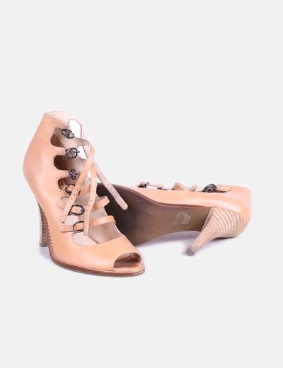 Zapato beige con hebillas peep toe