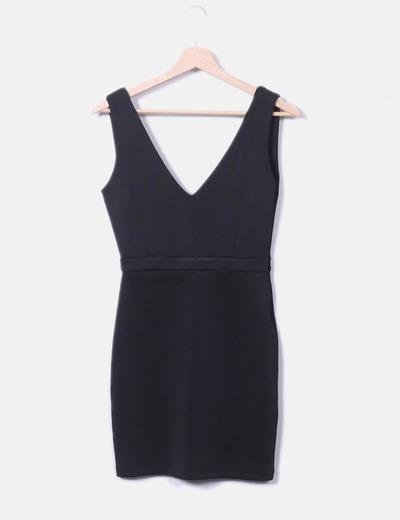 Schwarzes Kleid mit V-Ausschnitt Stradivarius