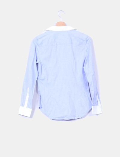 Camisa azul con ribetes blancos